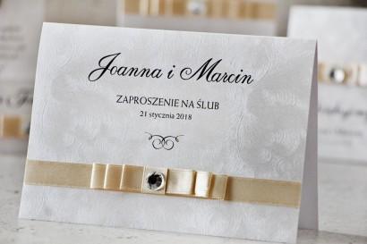 Zaproszenie ślubne z kokardką i cyrkonią - Amaretto nr 1 - Perłowy papier z fakturą piórek, kokardka w kolorze ecru