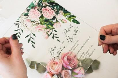 Eleganckie zaproszenia ślubne na szkle z nadrukiem pastelowych róż i białych hortensji z zielonymi gałązkami