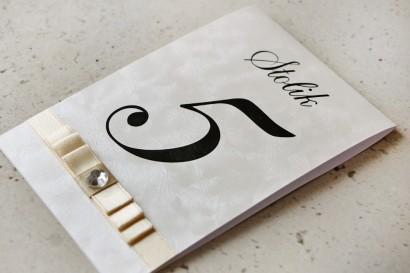 Numery stolików, stół weselny, ślub - Amaretto nr 1 - perłowe piórka, kokardka ecru, eleganckie, klasyczne