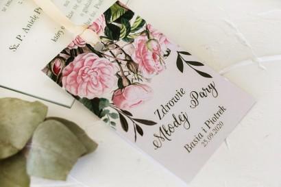 Zawieszki na butelki weselne z nadrukiem pastelowych róż i białych hortensji z zielonymi gałązkami