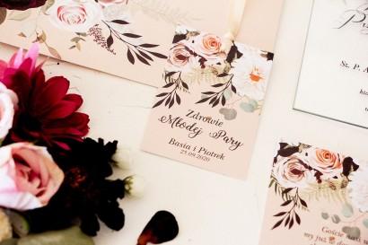 Zawieszki na butelki weselne z nadrukiem dalii i różowych, pastelowych róż