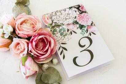 Numery stolików weselnych z nadrukiem pastelowych róż i białych hortensji z zielonymi gałązkami