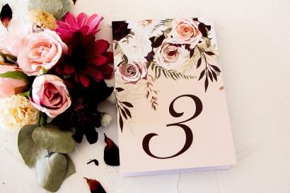 Numery stolików weselnych z nadrukiem dalii i różowych, pastelowych róż