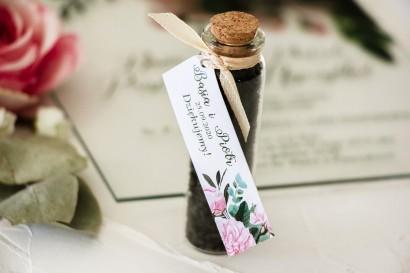 Podziękowania dla Gości w postaci buteleczek z herbatą, przywieszka z nadrukiem pastelowych róż i białych hortensj