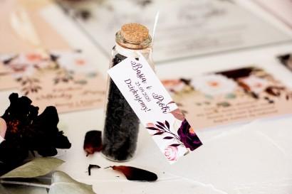Podziękowania dla Gości w postaci buteleczek z herbatą, przywieszka z nadrukiem dalii i różowych, pastelowych róż