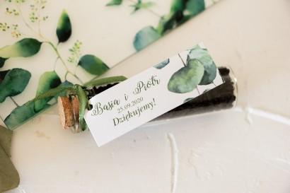 Podziękowania dla Gości w postaci buteleczek z herbatą, przywieszka z nadrukiem liści eukaliptusa
