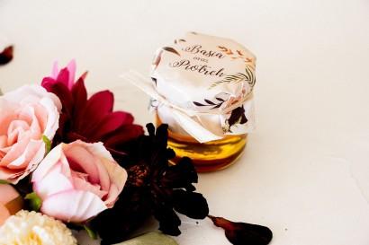 Miody - podziękowania, upominki dla gości weselnych. Kapturek z nadrukiem dalii i różowych, pastelowych róż