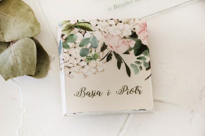 Podziękowanie dla gości weselnych w postaci mlecznej czekoladki, owijka z nadrukiem pastelowych róż i białych hortensji