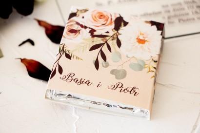 Podziękowanie dla gości weselnych w postaci mlecznej czekoladki, owijka z nadrukiem dalii i różowych, pastelowych róż