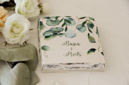 Podziękowanie dla gości weselnych w postaci mlecznej czekoladki, owijka z nadrukiem liści eukaliptusa