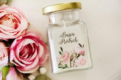 Świeczki - Podziękowania dla gości. Etykieta z nadrukiem pastelowych róż i białych hortensji z zielonymi gałązkami