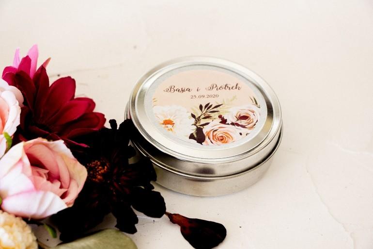 Świeczki Ślubne okrągłe jako Podziękowania dla Gości. Etykieta z nadrukiem dalii i różowych, pastelowych róż