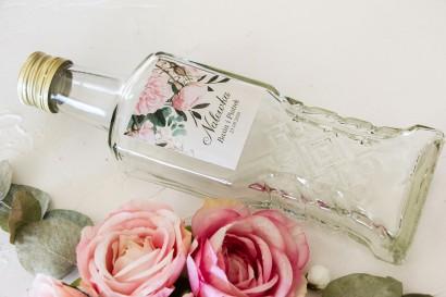 Ślubne Butelki na nalewki - Podziękowania dla Gości. Etykieta z nadrukiem pastelowych róż i białych hortensji