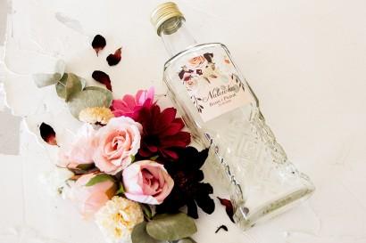 Ślubne Butelki na nalewki - Podziękowania dla Gości. Etykieta z nadrukiem dalii i różowych, pastelowych róż.