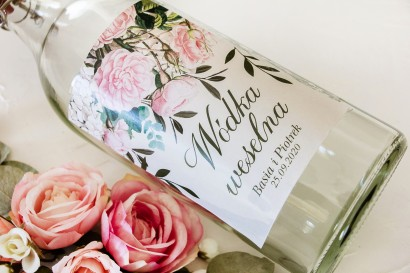 Ślubne Etykiety samoprzylepne na butelki z nadrukiem pastelowych róż i białych hortensji z zielonymi gałązkami