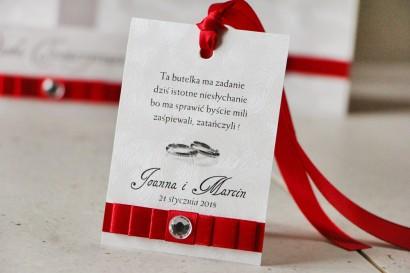 Zawieszka na butelkę, wódka weselna, ślub - Amaretto nr 2 - Perłowy papier z intensywnie czerwoną kokardą