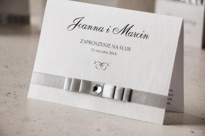 Zaproszenie ślubne z kokardką i cyrkonią - Amaretto nr 3 - Srebrna tasiemka, papier perłowy o fakturze lnu