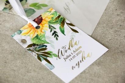 Zawieszki na butelki weselne ze złotymi gałązkami i słonecznikiem, idealne na ślub latem