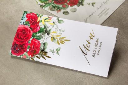 Menu weselne ze złotymi gałązkami i bordowymi różami z dodatkiem czerwonych goździków i eukaliptusa