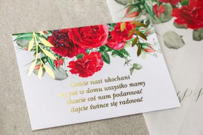 Bilecik do zaproszeń ślubnych ze złotymi gałązkami i bordowymi różami z dodatkiem czerwonych goździków i eukaliptusa.