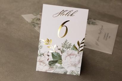 Numery stołów weselnych ze złotymi gałązkami w białej, zimowej kolorystyce