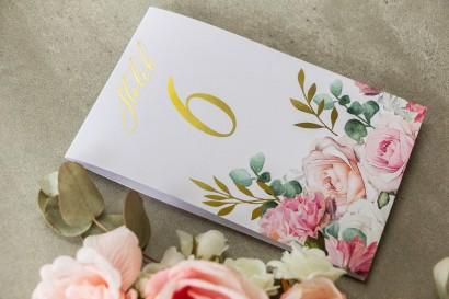 Numery stołów weselnych ze złotymi gałązkami w delikatnych kolorach różu i bieli