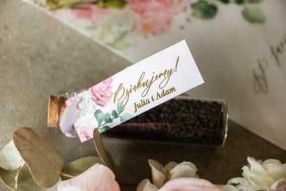 Podziękowania dla Gości w postaci buteleczek z herbatą. Przywieszka ze złotymi gałązkami w delikatnych kolorach różu i bieli