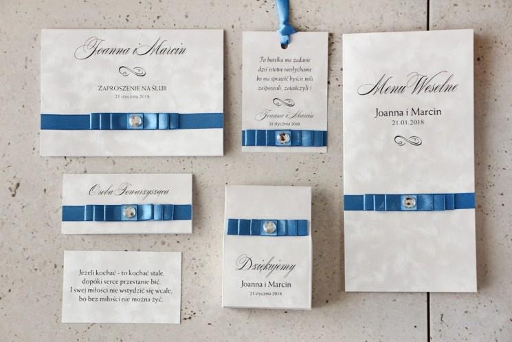 Zaproszenie ślubne z dodatkami - Amaretto nr 4 - Kokardka navy blue z cyrkonią