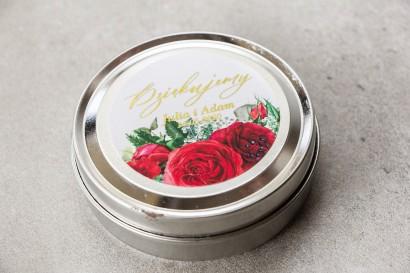Okrągłe Świeczki w metalowej puszce - podziękowania dla gości. Etykieta z bordowymi różami