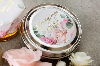 Okrągłe Świeczki w metalowej puszce - podziękowania dla gości. Etykieta w delikatnych kolorach różu i bieli