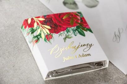 Podziękowanie dla gości weselnych w postaci mlecznej czekoladki, owijka ze złotymi gałązkami i bordowymi różami