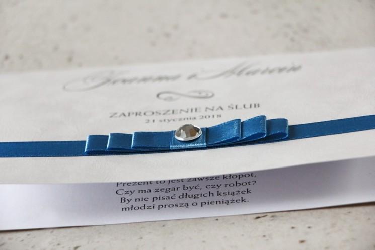 Zaproszenie ślubne z kokardką i cyrkonią - Amaretto nr 4 - Tasiemka navy blue, papier perłowy o fakturze piórek