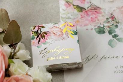 Podziękowanie dla gości weselnych w postaci mlecznej czekoladki, owijka ze złotymi gałązkami w delikatnych kolorach różu i bieli