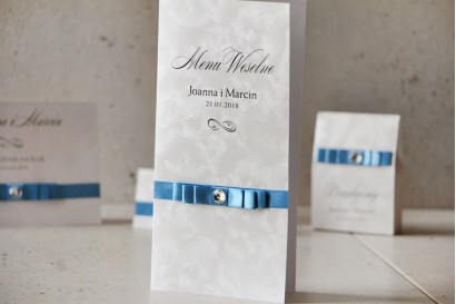 Menu weselne, stół weselny - Amaretto nr 4 - Papier perłowy z kokardką navy blue i cyrkonią