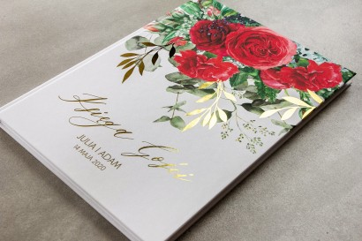 Ślubna Księga Gości ze złotymi gałązkami i bordowymi różami z dodatkiem czerwonych goździków i eukaliptusa
