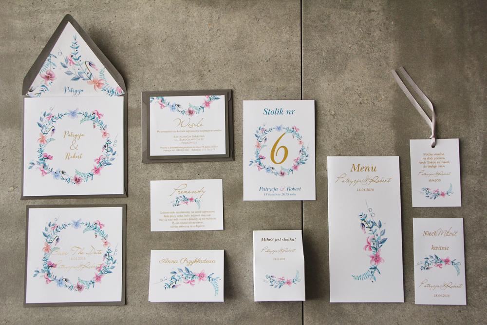 Zaproszenia ślubne w szarej kopercie, podziękowania dla gości, winietki, menu weselne, numery stolików, zawieszki na butelki weselne